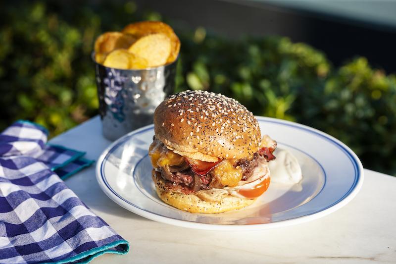 ©Cais da Pedra | Hambúrguer bacon e ovo com batata chips
